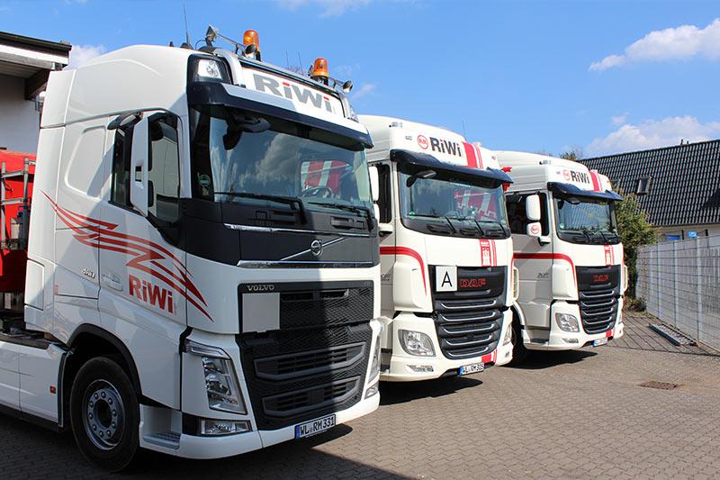 RiWi GmbH - 3 LKWs von der Seite
