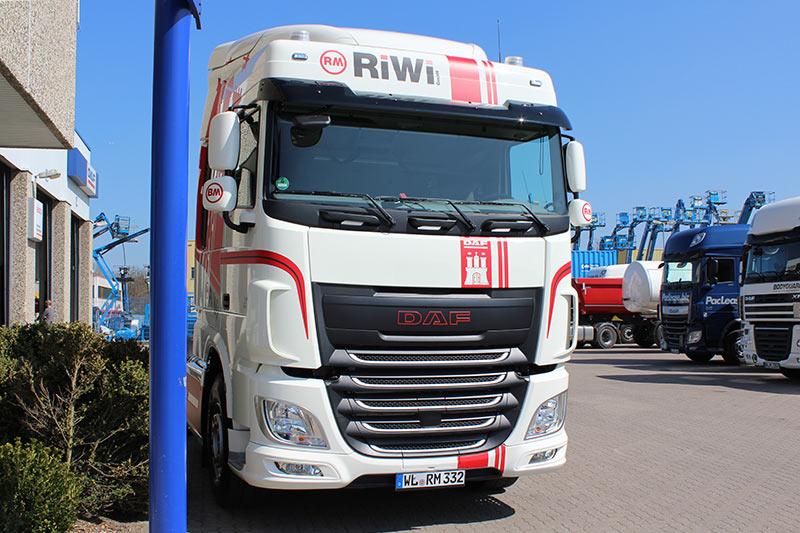 RiWi GmbH LKW- Front vor dem Standort in Stelle